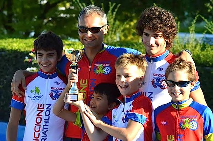 I cinque giovani triathleti riccionesi con coach Massimo Strada