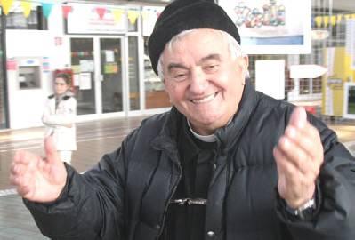 """l prossimo 2 novembre ricorrerà il decennale dalla morte di don Oreste Benzi, avvenuta nel 2007. Un anniversario importante che l'Associazione Papa Giovanni XXIII e il Comune di Rimini intendono ricordare attraverso la realizzazione di una cappella e di un percorso pedonale in sua memoria, da realizzare negli spazi della sede dell'Associazione a Sant'Aquilina. spazio riservato alla riflessione, un percorso spirituale nei luoghi dove don Oreste era solito raccogliersi in meditazione e preghiera, in mezzo alla natura e alla pace delle colline riminesi, all'ombra degli ulivi. Il progetto è passato ieri al vaglio della Giunta del Comune di Rimini, che ha dato l'assenso per l'avvio dell'iter amministrativo. La progettazione dovrà ora essere approfondita dal punto di vista logistico, urbanistico e della viabilità. """"Il decennale della morte di don Oreste – è il commento dell'Amministrazione comunale di Rimini – è un momento importante e molto sentito dalla comunità riminese; non solo per la profondità del messaggio religioso ma anche per l'opera sociale al servizio degli ultimi che, partendo dalla sua Rimini, ha portato in ogni angolo del mondo. Don Oreste, tramite la Comunità Papa Giovanni XXIII, ha creato a Rimini un progetto associativo innovativo, creando un 'laboratorio' religioso, civile e sociale unico nel suo genere percjeè fondato sulla fede e sull'altruismo. Per questo abbiamo accolto con entusiasmo la proposta della sua Comunità di realizzare, nei suggestivi luoghi dove si ritirava in meditazione, un luogo di raccoglimento e preghiera a servizio di tutta la città"""""""