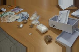 La droga, il denaro ed il materiale per il confezionamento delle dosi sequestrati
