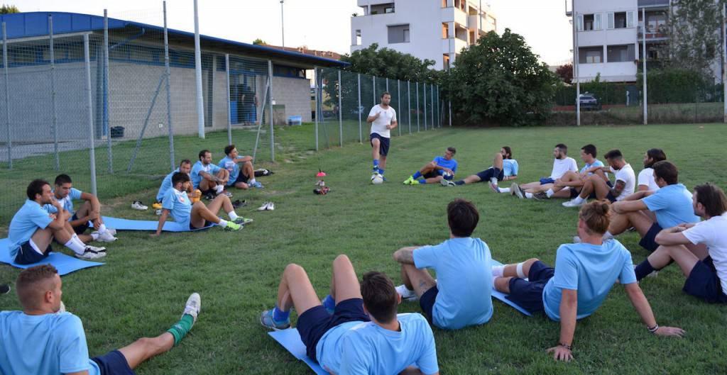 """la squadra biancoazzurra durante la preparazione al """"Menaggio Stadium"""""""