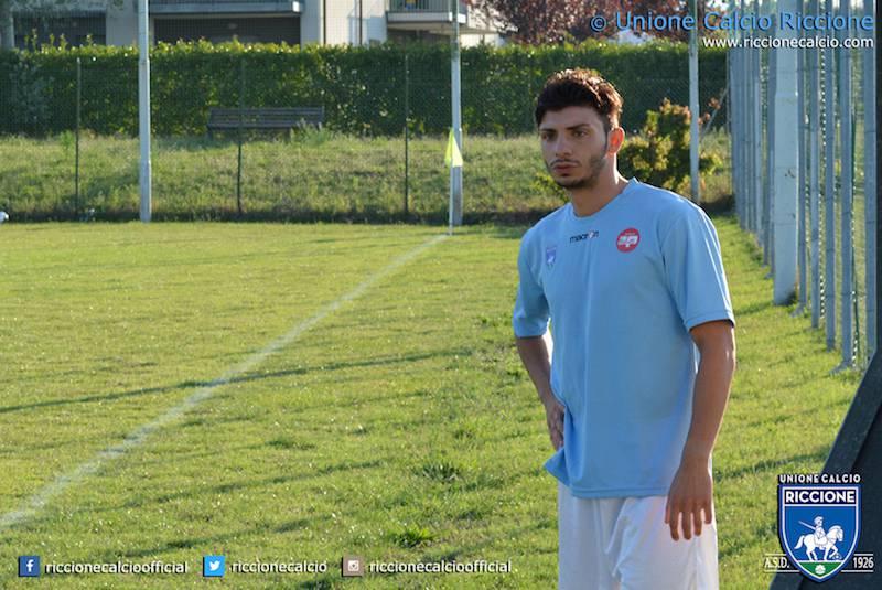 l'attaccante biancoazzurro Paolo Basile.