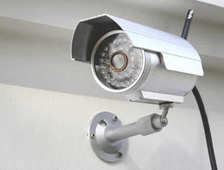 Sottoscrivendo il protocollo, le associazioni si impegneranno a promuovere l'installazione di sistemi di videosorveglianza che possano interagire anche direttamente con gli apparati della Polizia Locale del Comune di Rimini, nel pieno rispetto dei principi predisposti dal Garante per la protezione dei dati personali e di quanto stabilito dal Regolamento dell'Unione Europea (679/2016). Il sistema informativo dei dati e i programmi informatici degli impianti di videosorveglianza saranno configurati riducendo al minimo la raccolta dei dati personali e dei dati identificativi. Spetterà poi al Comune definire, una volta sottoscritto il protocollo, il regolamento attuativo che poi sarà presentato al Comitato Provinciale per l'Ordine e la Sicurezza Pubblica per una valutazione.