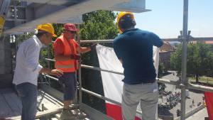 Il sindaco Gnassi fissa la bandiera della città