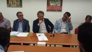 Sergio Pizzolante tra il capogruppo del consiglio comunale Mario Erbetta e il portavoce Alessandro Rapone