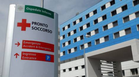 Auto contro scooter, 18enne all'Infermi