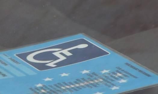Usa il pass disabili di persona deceduta da 10 anni: denunciato
