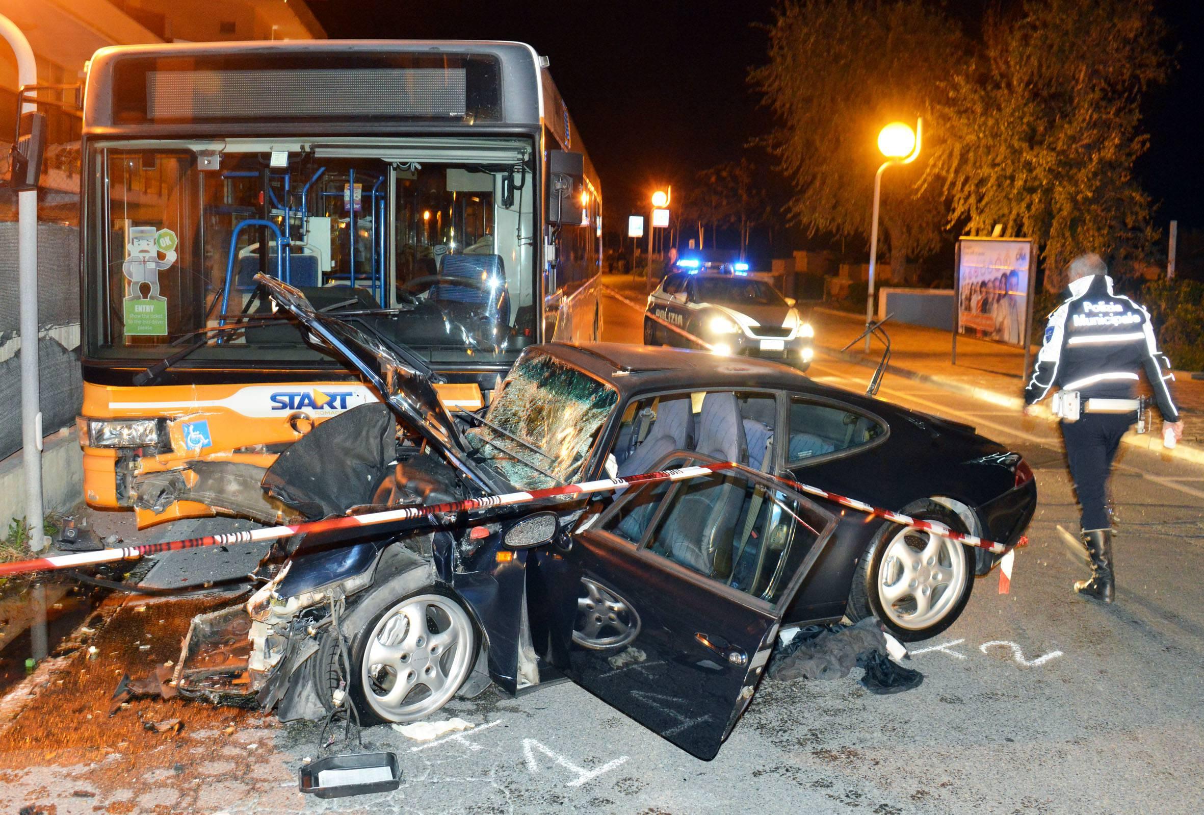 Porsche si schianta contro autobus a Viserba. Il conducente al Bufalini