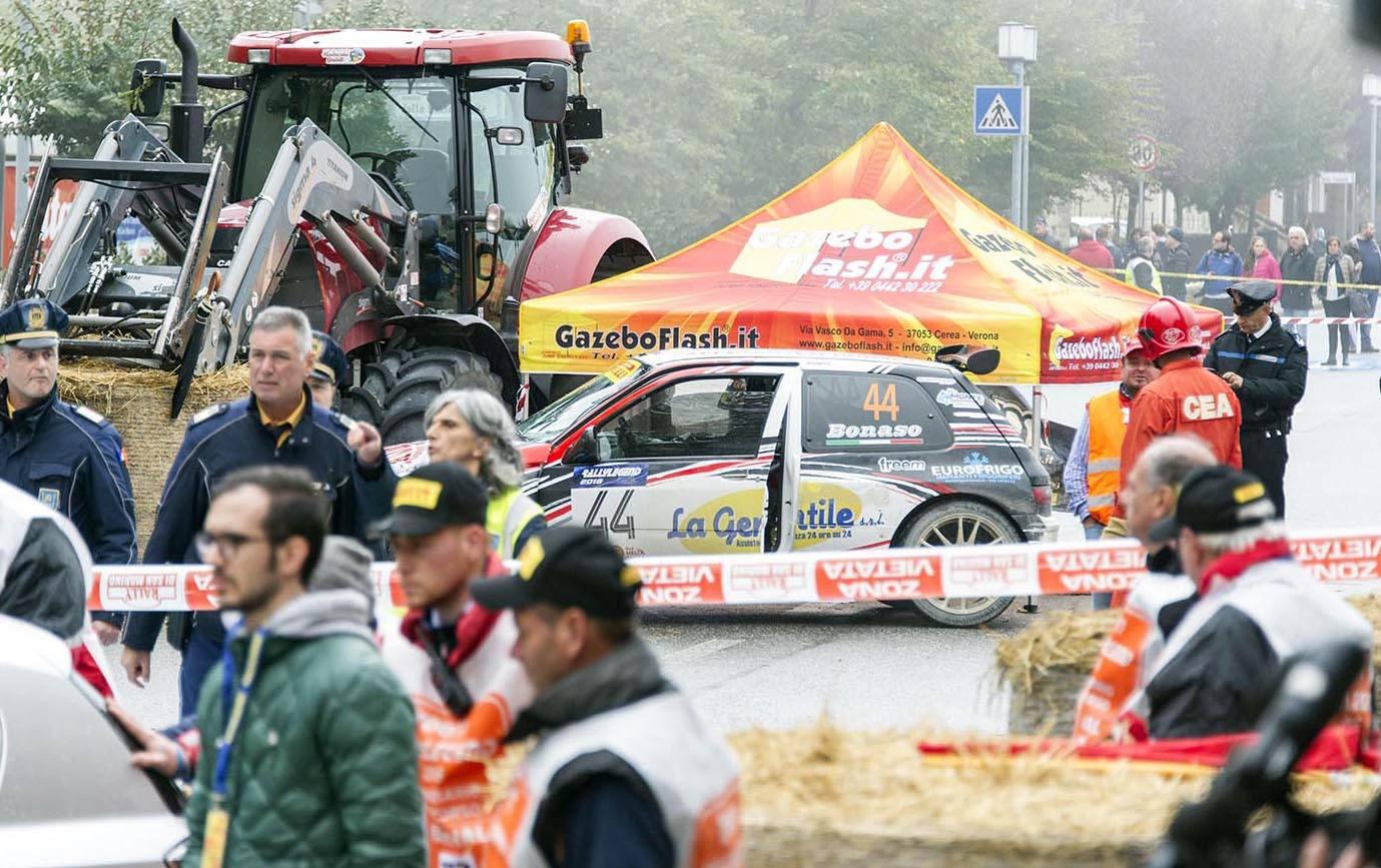 Auto esce di strada al Rally Legend. Un morto e sette feriti