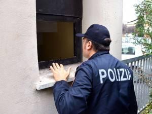 la finestra dalla quale sono entrati i rapinatori (Adriapress)