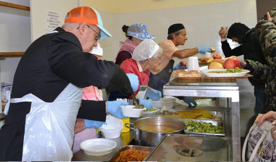 Il vescovo Lambiasi serve il pranzo in Caritas