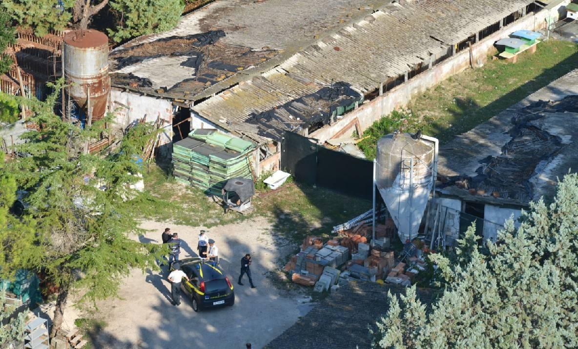 GdF scopre capannone con tetto in eternit in rovina. Denunciato proprietario