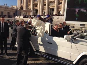 Il Papa abbraccia una delle bimbe.