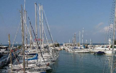 Peschereccio insabbiato al porto di Riccione, recupero sospeso fino all'alba