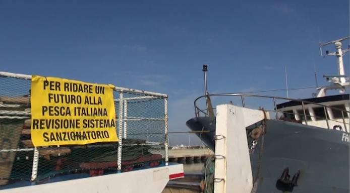 Protesta pescatori, al porto suonano le sirene