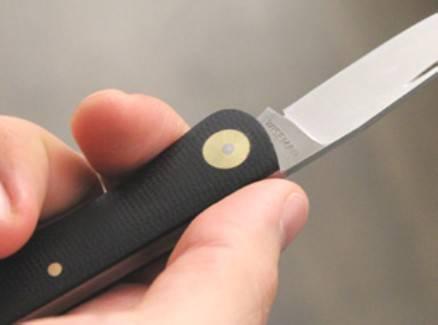 Ubriaco entra in esercizio con un coltello in mano, arrestato