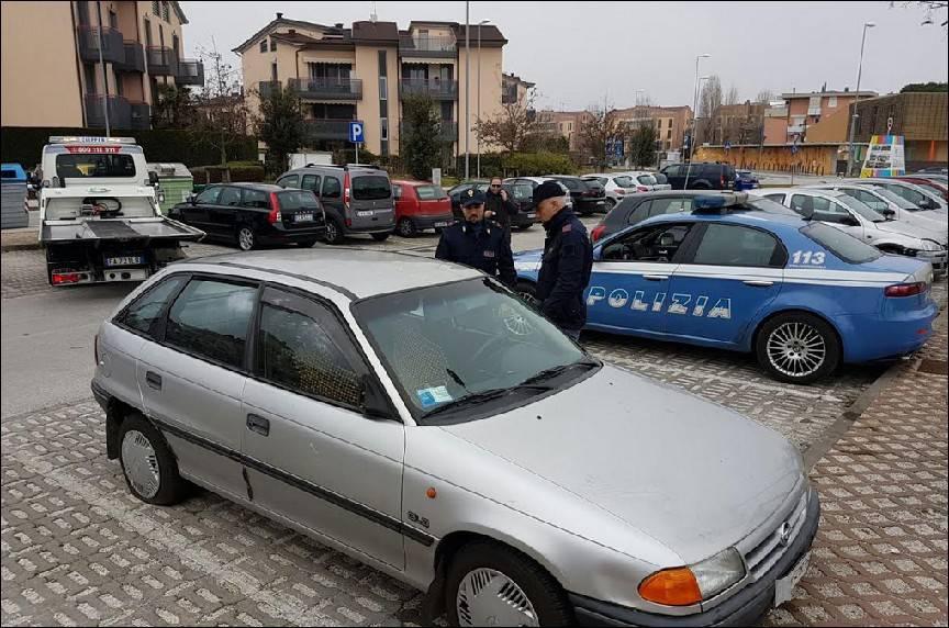 Ritrovata in via Foglia l'auto della spaccata alle Befane
