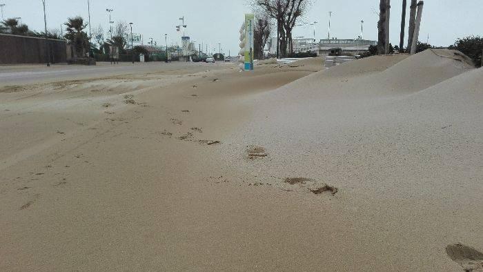 Disagi per sabbia sul lungomare. Comune e Anthea cercano soluzioni