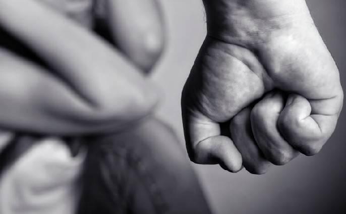 Picchiava l'ex compagna e si drogava davanti ai figli. Arrestato 46enne
