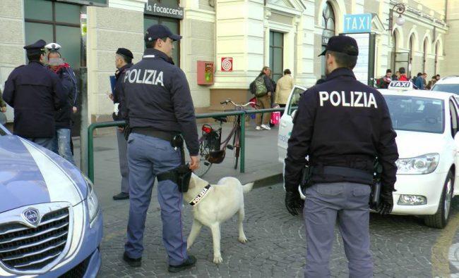 Controlli antidegrado della Polizia. Cane fiuta deposito droga