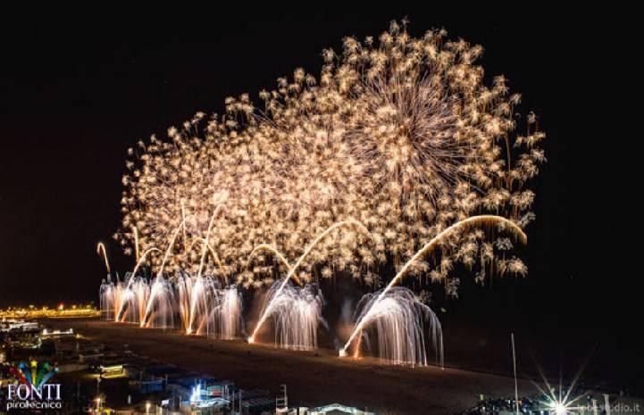 Fuochi d'artificio a Riccione. Albergatori contribuiscono e aprono raccolta
