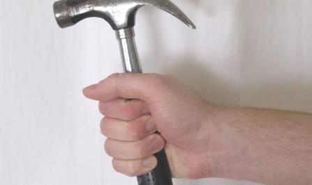 Minaccia la moglie con un martello. Arrestato 60enne