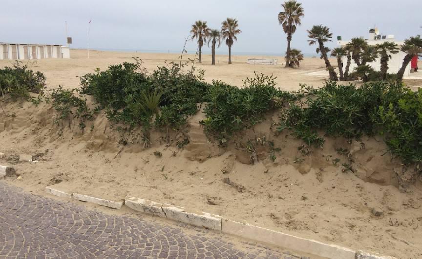Sabbia sul lungomare. Renzi: danno su danno, ripristinare barriere