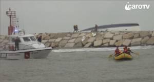 Imbarcazione contro scogli, un morto e 3 dispersi. 2 persone salvate