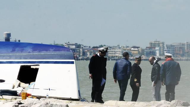 Barca contro scogli, recuperati altri tre corpi