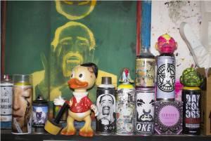Alcune bombolette spray nella factory di Mauro Rosselli