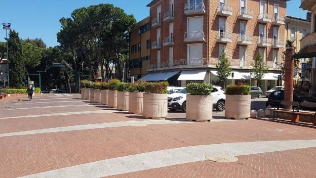 Fioriere per isolare dalle auto piazza del Mercato a Cattolica