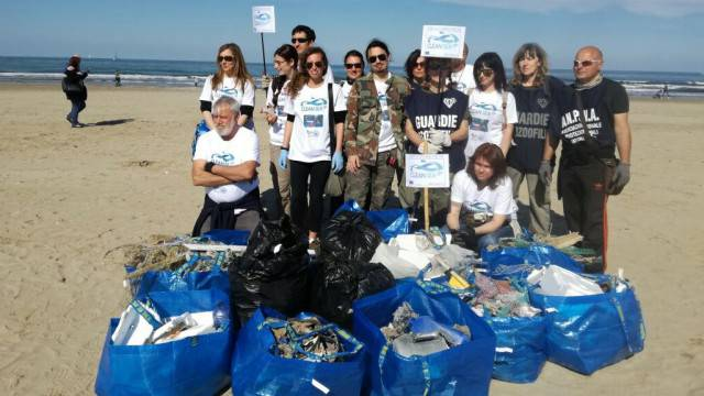 Clean Sea Life, volontari puliscono spiaggia libera