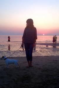 Con il mio cane Palmiro all'alba sulla spiaggia di Riccione ad aspettare la luce del sole