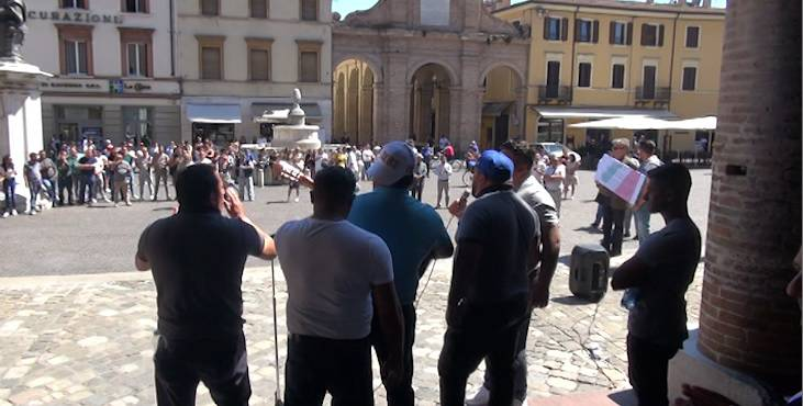 I sinti in piazza a Rimini.