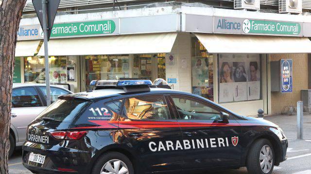 Rapinatore con pistola alla farmacia di via Covignano