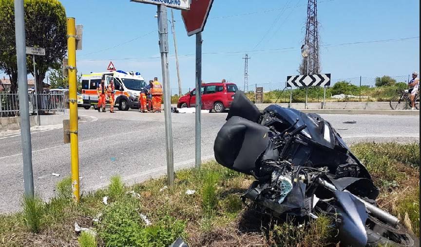 Auto contro scooter, incidente mortale in via Montescudo