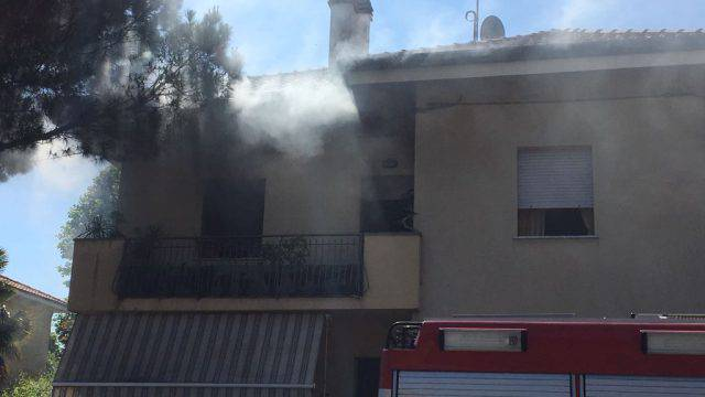 Roma, incendio in un palazzo: evacuato