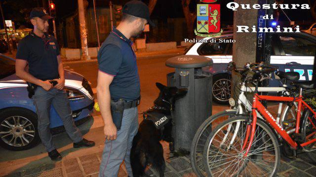 La droga nei cespugli. Nuovi controlli della Polizia in zona locali