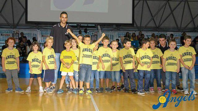 Yari Bartolini con i bambini del minibasket