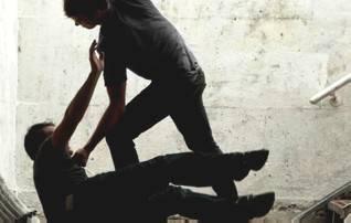 Rapinarono e pestarono un ragazzo, due ventenni ai domiciliari