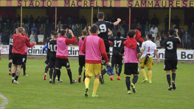 I giocatori della Sammaurese sotto la tribuna del Macrelli