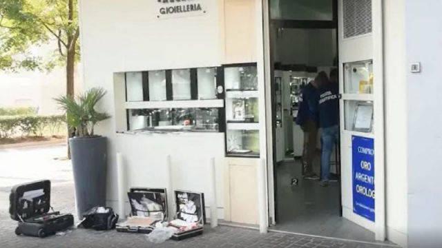 Rapina in gioielleria: titolare ferito con un martello