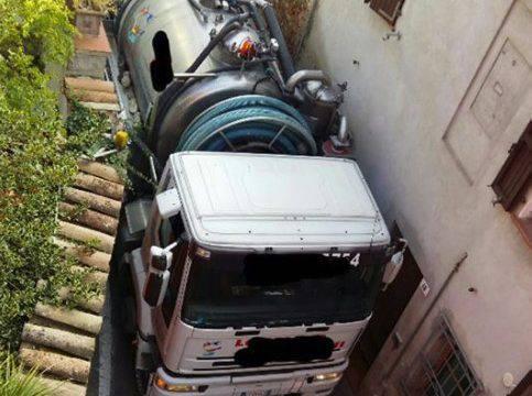 Santa Chiara, stretta è la via per i camion