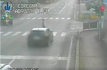 Il rosso ignorato all'incrocio di via Abruzzi. Un video della Municipale