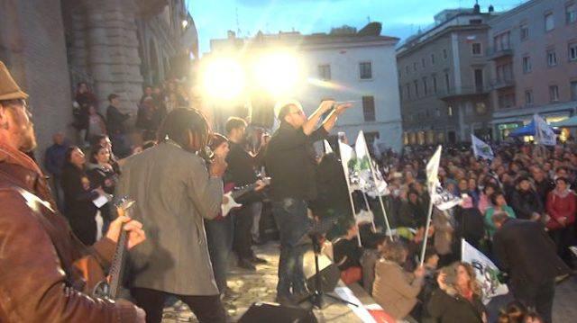 """""""E' per te"""". La piazza canta contro la violenza (video)"""