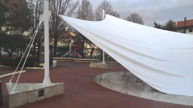 Cade copertura in piazza a Spontricciolo. Imola (PD) denuncia: