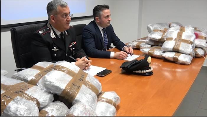 Fermato dai Carabinieri con 65 kg di marijuana in auto