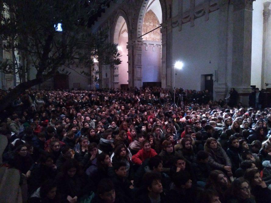 Il Vescovo e i cresimandi, 550 ragazzi per il primo appuntamento