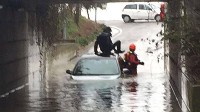 Auto bloccata in sottopasso allagato, salvato dai Vigili del Fuoco