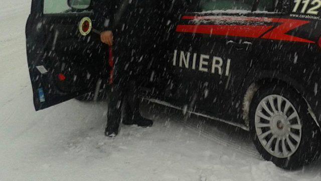 Carabinieri fermi per segnalare pericolo urtati da pensionato