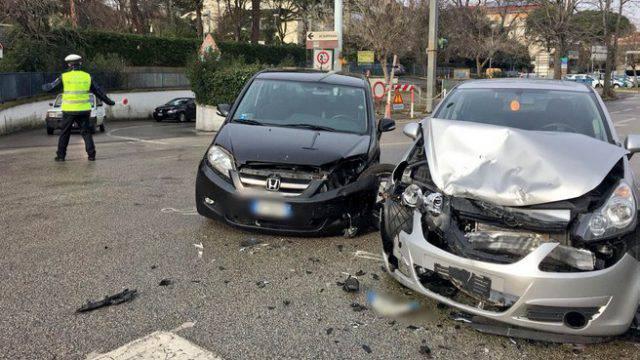 Scontro tra due auto in viale XIX Ottobre a Riccione